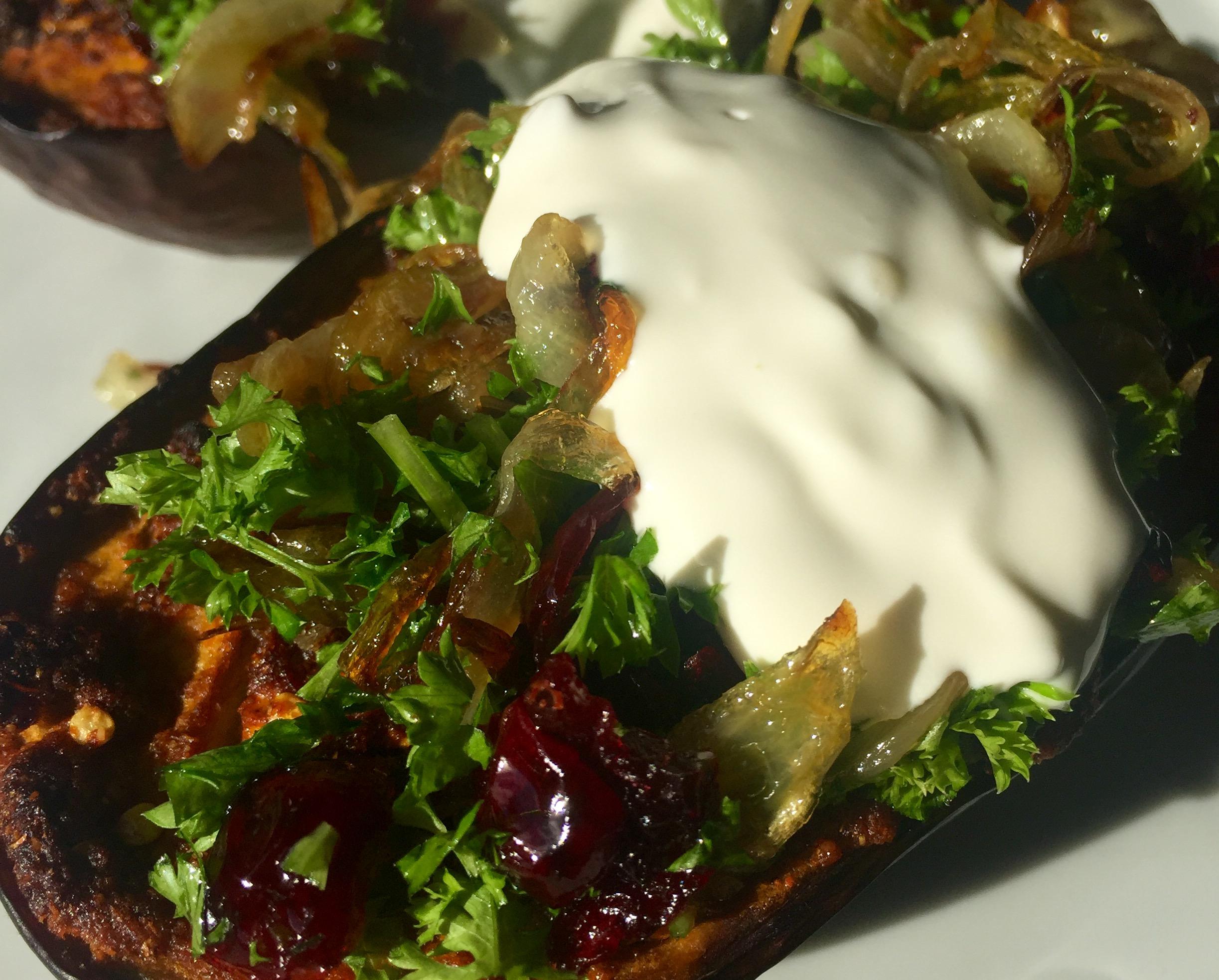 Bagte auberginer med tranebær og bløde løg